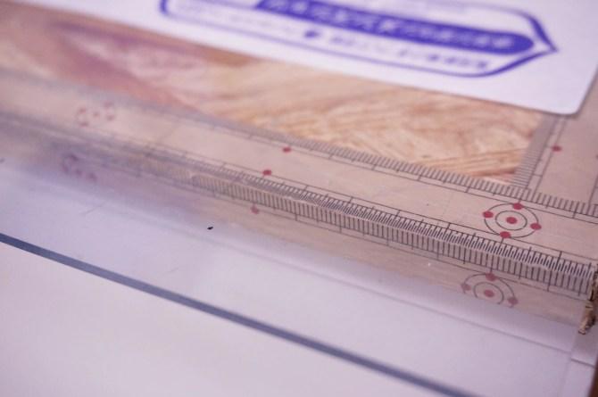 作業台に敷いている透明のシートは型紙を引いて、カットする時に役立ちます。ホームセンターなどで販売されている