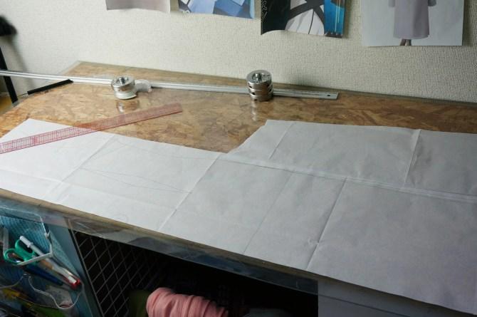 見頃の型紙が長すぎて作業台に入らないスンスン