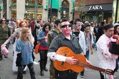ハロウィンのパレードに参加するミュージシャン