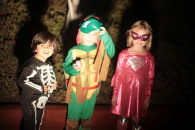 ハロウィンで街をあるく子供たち