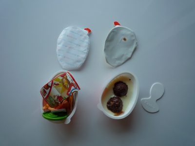 チョコレートサイド、おもちゃサイド、それぞれのパッケージを開封した状態