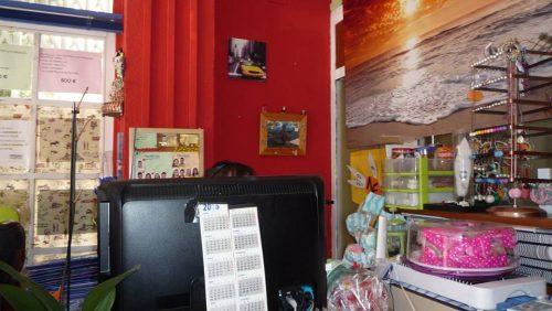 教習所の受付。スタッフの手作りアクセサリーや駄菓子が売られている。