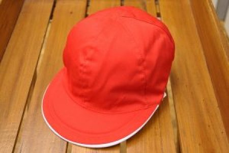赤白帽男子