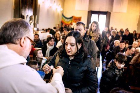 Giulia con altri del gruppo Kairos alla messa domenicale in Parrocchia da don Bigalli, Foto Alessandro Penso (2015)
