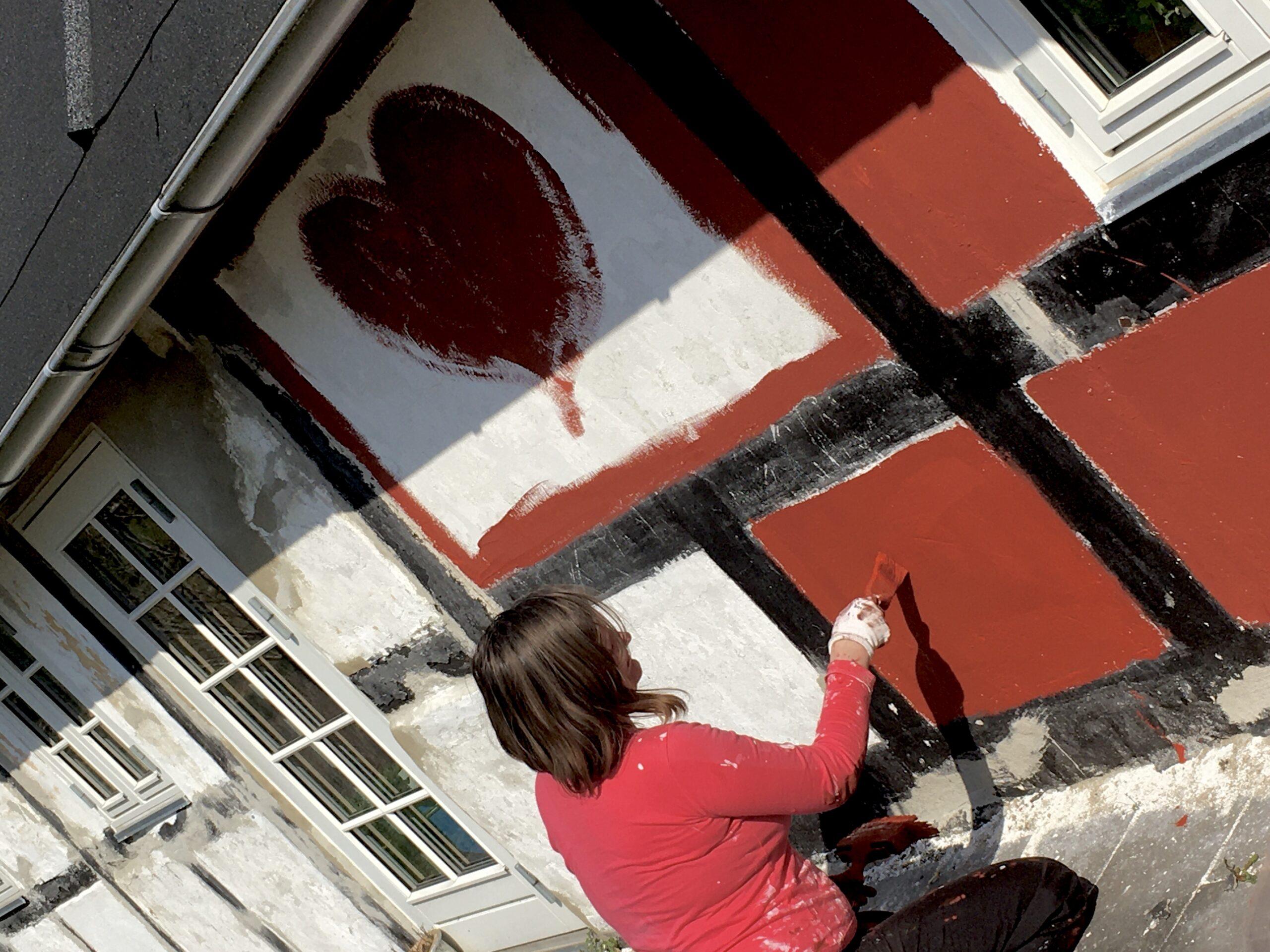 Hvidkalket hus males rødt