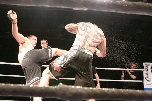 Udarac nogom na MMA meču