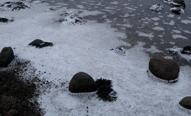 Is mellan stenarna