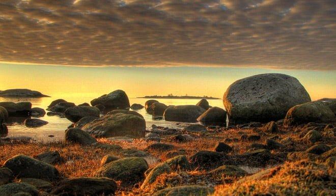 Morgonvy med Ljungskär mellan stenarna