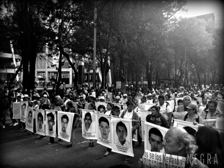 Familiares de los 43 normalistas desaparecidos marchan sobre Reforma. 22 de octubre de 2014.