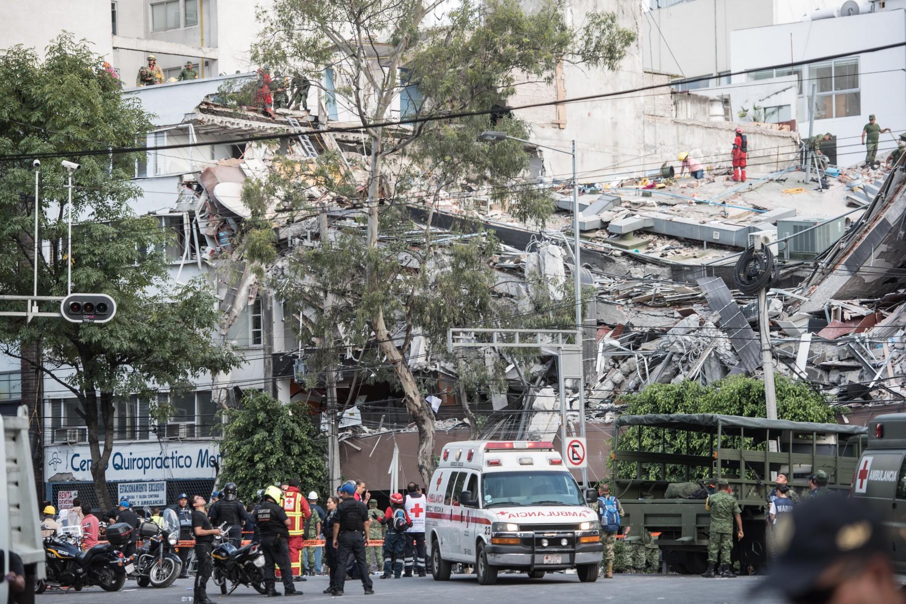 Rescatistas trabajan sobre los escombros del edificio desplomado en la calle Álvaro Obregón.