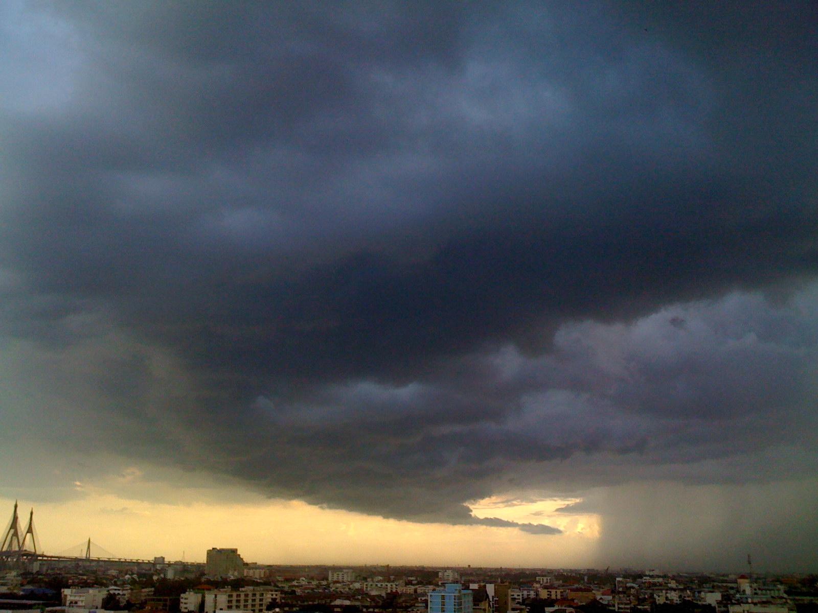 ท้องฟ้า เมฆพายุฝน เห็นสะพานวงแหวนอุตสาหกรรม