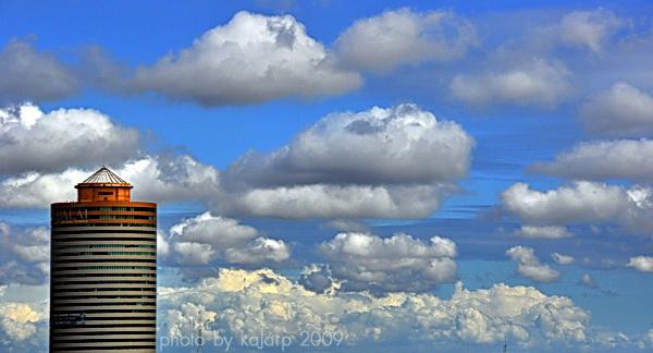 ตึกทรงกระบอก กับ เมฆมาก