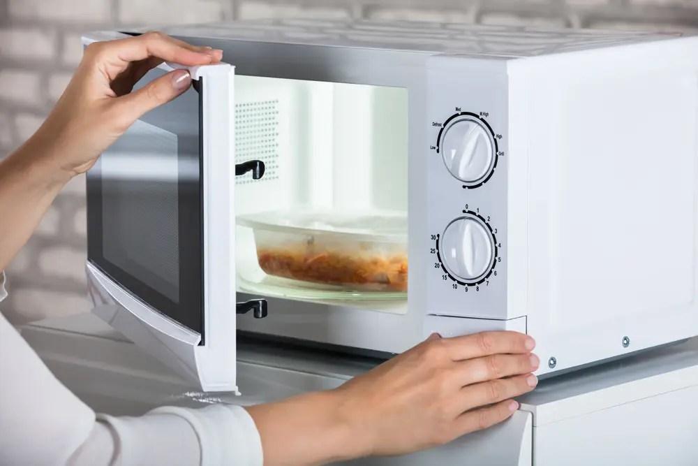 テイクアウト弁当を電子レンジで温めている画像