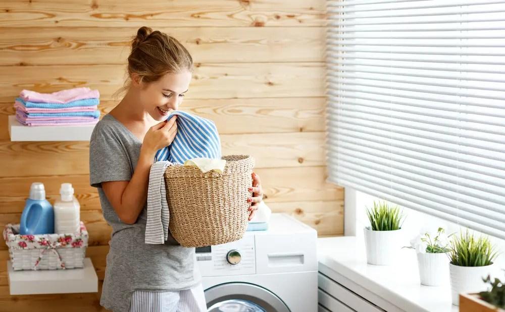 体と環境にやさしい洗濯洗剤で洗濯する女性