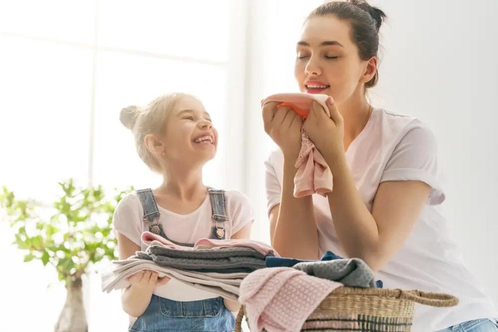 臭い対策をして洗濯した結果に満足している親子