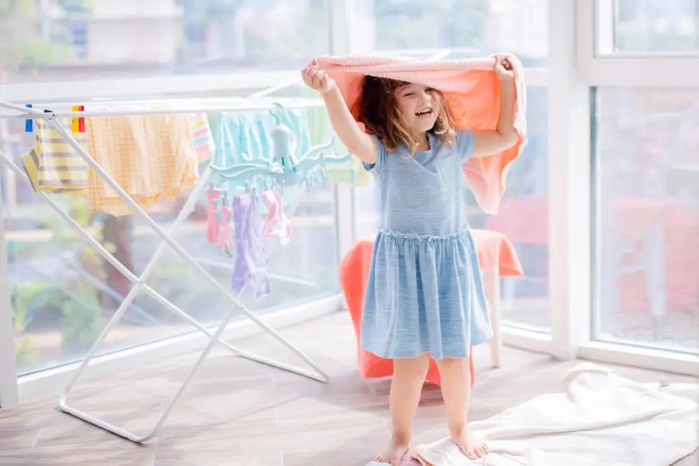 ファーファ柔軟剤で洗濯したタオルの香りとふわふわ感を楽しんでいる子ども