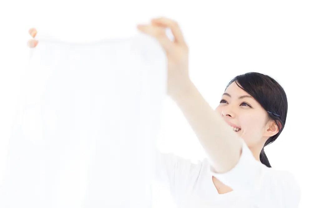 アリエールプロクリーンと柔軟剤での洗濯後の汚れ落ちと香りに満足している女性