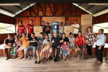 [Middle, seventh from left] Dr Teh Su Thye, Chief Executive Officer of Global Peace Foundation on behalf of Breeze, presenting the LifeStraw® water filter to the villagers in Sabah.