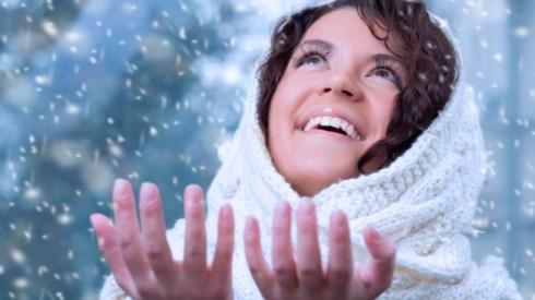 С приходом холодов у каждой девушки возникает проблема с кожей. Солнце перестает греть, а холода сушат нашу кожу и заставляют испытывать постоянный дискомфорт от стянутости и шелушения. Для того, чтобы избежать подобных проблем необходимо постоянно следить за к<strong>ожей лица</strong>. Ведь если не уделять этой проблеме внимание в молодости, то в очень скором времени вы начнете замечать морщины, причем довольно глубокие, которые скрыть будет невозможно.<!--more--> <strong>Зимой кожа</strong> меняет свойства и поэтому у представительниц жирного типа кожи все нормализуется. Сухая кожа становится более чувствительной, комбинированная становится сухой. Если всегда помнить об этих переменах, то подбирать косметические средства будет гораздо легче и тогда у вас точно не будет никаких проблем. Чтобы выглядеть безупречно необходимо проводить всегда три главных процедуры. Это питание, увлажнение и очищение. Каждой процедуре необходимо посвящать вечернее время ежедневно. Некоторым девушкам кажется, что зимой уделять вниманию очищению не так важно, потому что поры не расширяются, однако это совсем не так. Если не делать этого, то все нанесения масок и кремов будут просто бесполезны, так как они не будут проникать в вашу кожу из-за забитого верхнего слоя. Очищать следует очень аккуратно, чтобы не повредить кожу, потому что после таких мелких ошибок можно очень долго избавляться от последствий. Для очищения достаточно раз в неделю устраивать паровые ванночки. Отлично подойдет заваренная календула или ромашка над которой необходимо посидеть минут 20. Благодаря этому простому методу вы легко очистите свои поры и подготовите их к следующему этапу. Очистить лицо можно также с помощью скрабов, которые можно делать два раза в неделю, не больше. Отличными помощниками в очищении для вас будет мед, морская соль, кофе и настоянные сухоцветы. Важно не забывать после каждого скрабирования увлажнять кожу. Зимой важно питать кожу лица различными масками. Их можно приобрести в магазине, но н