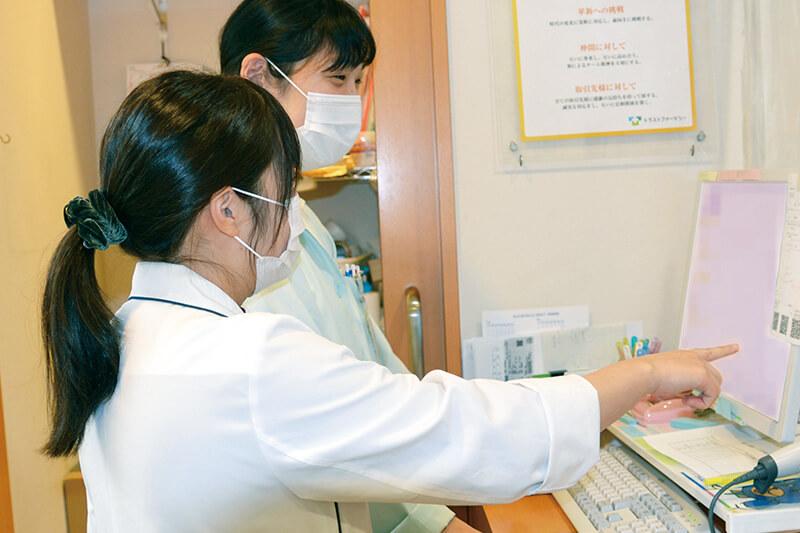 棚田先生らトラストファーマシースタッフがkakariを利用する様子