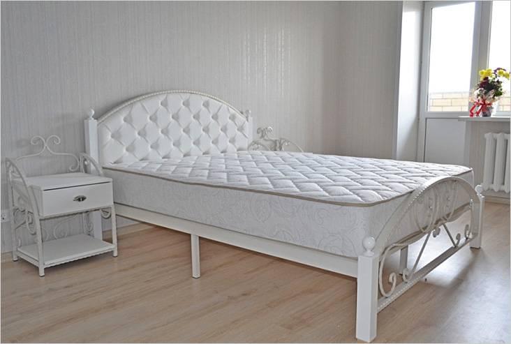 Διακοσμητική διακόσμηση από ένα μεταλλικό κρεβάτι πόδια