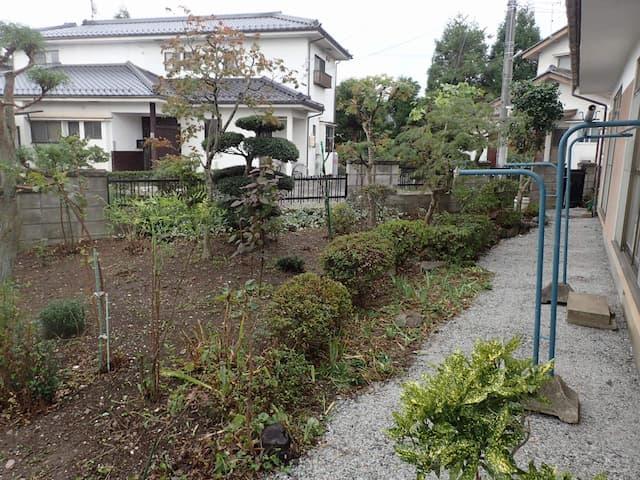 防草の真価 剪定作業も防草と併せ施工スッキリしました。