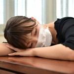インフルエンザ でダウンする女性