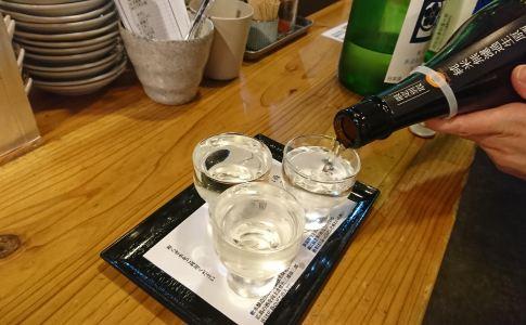 広島駅近くの立ち飲み屋 「 角打 福本屋 」にて 日本酒利き酒セットをいただきます。