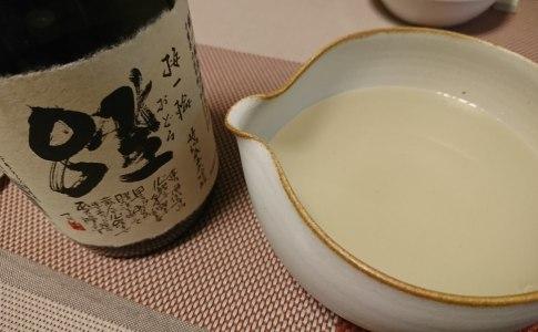 片口に日本酒を入れる