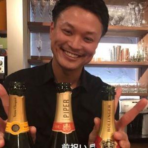 シャンパン開けて喜ぶバーテンダー