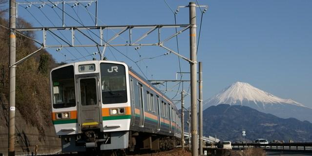 東海道本線の列車と富士山