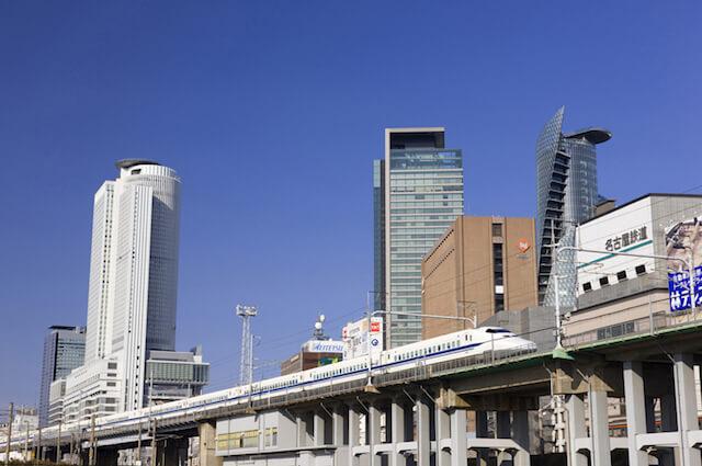 名古屋の高層ビルと新幹線
