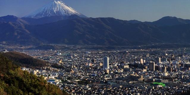 甲府市の街並みと冨士山