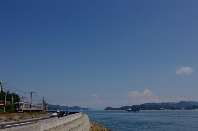 山陽本線と海