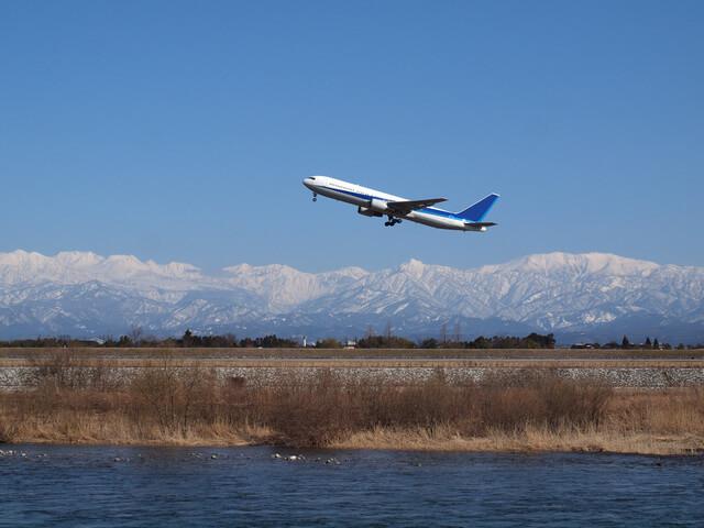 富山空港を離陸する飛行機