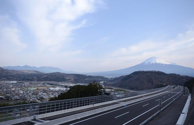 新東名高速道路と富士山