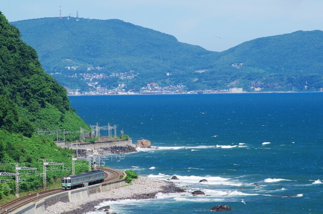 海沿いを行く函館本線の列車