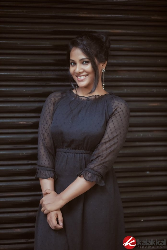 Actress Dhivya Dhuraisamy Latest Photoshoot Stills