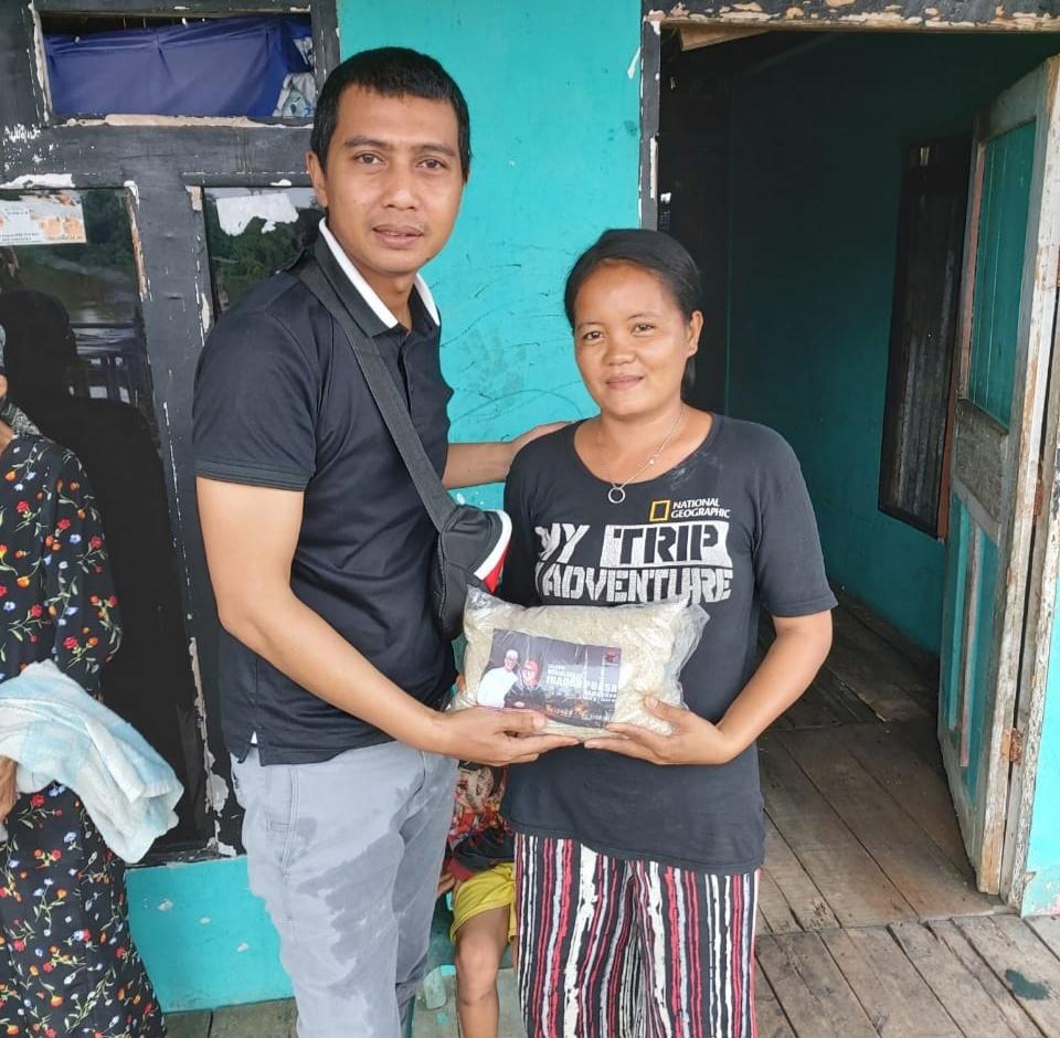 Yoga Irawan Distribusikan Bapokting PDI Perjuangan ke Sungai Ambawang