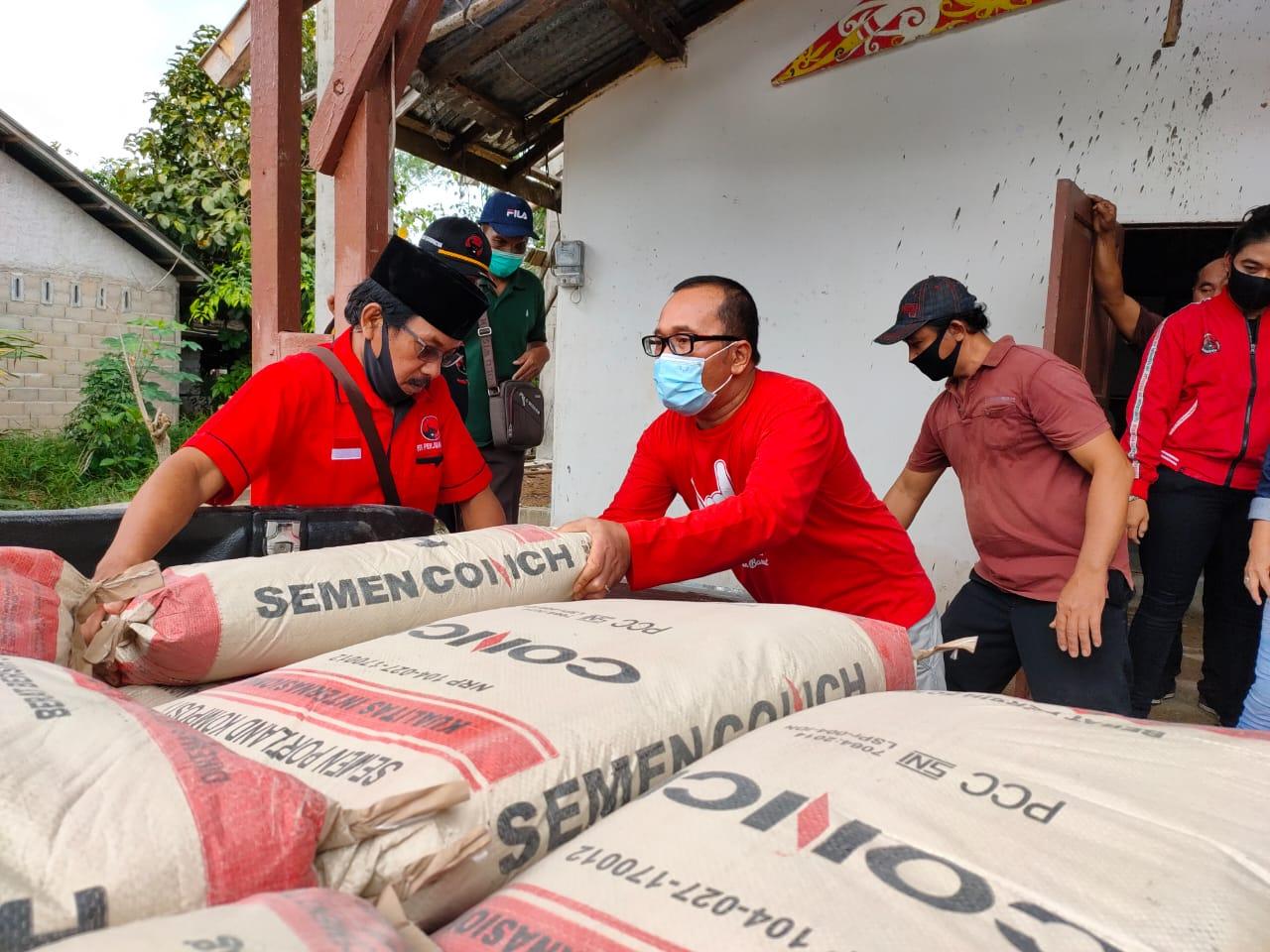 Saat panitia bulan Bung Karno PDIP Kubu Raya memberikan bantuan ke rumah ibadah di Desa Korek, Kecamatan Sungai Ambawang itu mendapat sumbangan bahan materiel bangunan dari Tiga Pilar PDI Perjuangan Kabupaten Kubu Raya, Sabtu (20/6/2020).