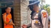 Seorang warga memperlihatkan pisau yang digunakan untuk membacok korban di Dusun Pelita, Desa Mekar Sari, Kecamatan Sungai Raya, Kubu Raya, Senin (19/10/2020)