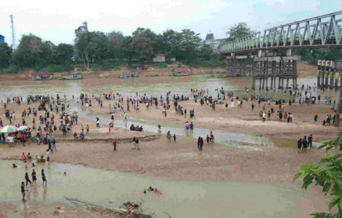 Fenomena Langka, Air Sungai Pinoh di Melawi Menyusut, Jadi Wisata Dadakan