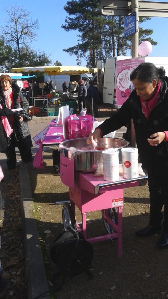 Jeudi 27 octobre, sur le marché du stade à Chalon-sur-Saône, barbapapa rose pour tous !