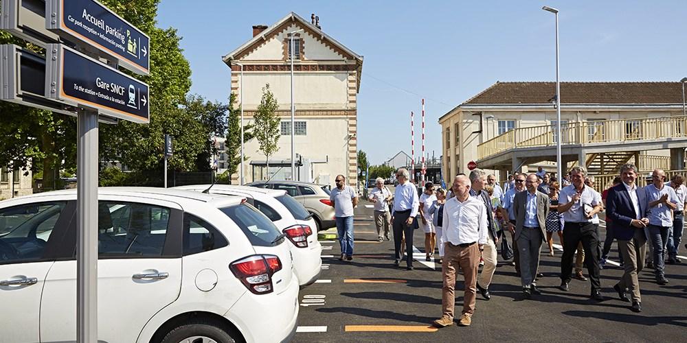Les élus visitent le parking de la gare