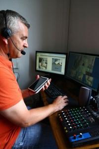 Arnaud Barras cadre supérieur de santé devant un ordinateur