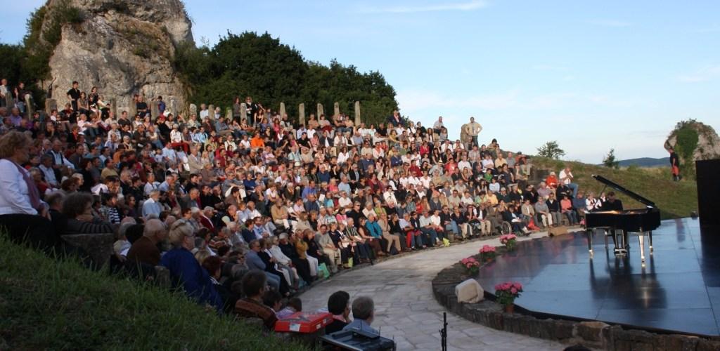 Vue d'ensemble du théâtre à l'antique des Nuits du Mont Rome avec public.