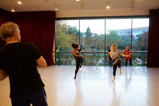 Danseuses du jeune ballet du Conservatoire du Grand Chalon en répétition. Au premier plan,leur professeur Philippe Cheloudiakoff