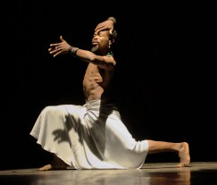 Florent Nikiema, chorégraphe et interprète dansant seul sur scène.
