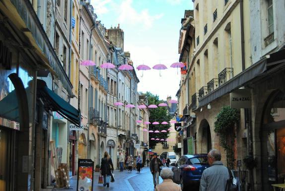 Les parapluie Octobre rose accroché place du Châtelet à Chalon sur Saône