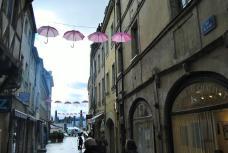Les parapluie Octobre rose accroché rue du Pont à Chalon sur Saône